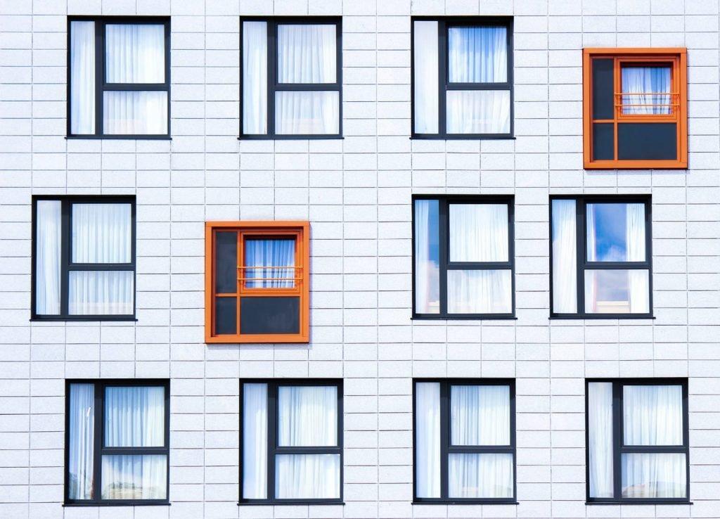 facciata con finestre